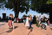Auf dem Heidler Dunant-Platz tanzten am Samstag die Festival-Besucher zu Bal Folk. (Bild: Miranda Diggelmann)