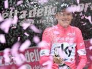Chris Froome feiert nach der 20. Etappe in Cervinia seinen Gesamtsieg am Giro d'Italia mit Champagner (Bild: KEYSTONE/EPA ANSA/DANIEL DAL ZENNARO)