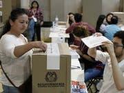 Frau gibt ihre Stimme in einem Wahllokal für Ausland-Kolumbianerinnen und Kolumbianer in Barcelona ab. (Bild: KEYSTONE/EPA EFE/ANDREU DALMAU)