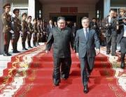 Beim Blitztreffen zwischen Kim Jong Un (links) und Moon Jae In herrschte offensichtlich gute Stimmung. (Bild: AP (Panmunjom, 26. Mai 2018))