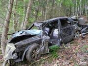 Das Wrack des Autos im Wald zwischen Morschach und Stoos: Der schwerverletzte Lenker schleppte sich zu einem Bekannten. (Bild: Kapo Schwyz)