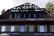 In der Langrütistrasse in Hünenberg hat ein Wohnhaus gebrannt. Der Schaden beträgt laut der Zuger Gebäudeversicherung rund 1,5 Millionen Franken. (Werner Schelbert, Hünenberg, 17.November 2017)