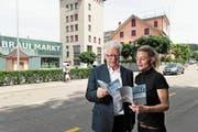 Meinrad Huser (links) vom Zuger Heimatschutz und Brigitte Moser schauen in den Leporello zum Kulturerbejahr. Brigitte Moser hat den Architekturführer mit Inhalt gefüllt. Es gibt insgesamt Führungen durch drei Gemeinden. (Bild: Roger Zbinden, Baar, 26. Mai 2018)