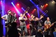Die Berner Mundart-Band Troubas Kater heizt dem Publikum ein. (Bilder: Monika Wick)