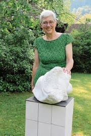 Sylvia Wüthrich mit der Skulptur «Paar» aus Cristallina-Marmor. (Bild: Paul Gwerder (Amsteg, 26. Mai 2018))