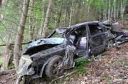 Das Fahrzeug stürzte bei Morschach in ein Tobel. (Bild: Kantonspolizei Schwyz)