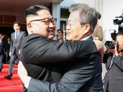 Sie wollen sich am 1. Juni wieder treffen. Nordkoreas Machthaber Kim Jong Un (Links) und der südkoreanische Präsident Moon Jae In. (Bild: KEYSTONE/EPA CHEONG WA DAE/CHEONG WA DAE HANDOUT)