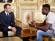 Einbürgerung für Heldentat: Der französische Präsident Emmanuel Macron (l.) empfängt den Retter des Kindes, Mamoudou Gassama, im Elysée-Palast. (Bild: Keystone/EPA AP POOL/THIBAULT CAMUS / POOL)