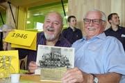 Willy Ruchti und Hans Schalch freuen sich über die alten Klassenfotos. (Bild: Desirée Müller)