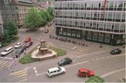 Der alte Lindenplatz vor 20 Jahren: Die Brunnenfiguren sind in der Revision. Noch ist zudem im Umfeld des Brunnens die alte Verkehrsführung mit separatem Abzweiger hinter dem Brunnen vorbei zu erahnen. (Bild: Michel Canonica - 1. Juni 1999)