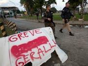 Die Folgen des Streiks der Camion-Fahrer nahmen ein so grosses Ausmass an, dass die Armee eingesetzt wurde. (Bild: KEYSTONE/AP/SILVIA IZQUIERDO)