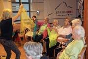 Die Frauen machen in der Aktivierungsstunde im «Spannort» mit Angela Brücker-Hoorn begeistert mit. (Bild: Paul Gwerder (Erstfeld, 24. Mai 2018))