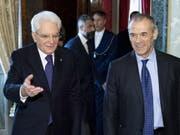 """Der ehemalige """"Sparminister"""" Cottarelli (r.) erhielt nun den Regierungsauftrag von Staatspräsident Mattarella - ob eine Technokratenregierung eine Mehrheit im Parlament erhält, ist unwahrscheinlich. (Bild: KEYSTONE/EPA QUIRINAL PRESS OFFICE/PAOLO GIANDOTTiI)"""