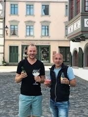 Dimitrij Itten (links) und Yannis Sfouggaris organisieren am Wochenende das «Gin Gin – The Festival». (Bild: PD)