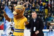 """Maskottchen """"Hitsch"""" und Präsident Marc Gianola während der Eröffungszeremonie vor dem ersten Spiel zwischen dem HC Lugano und Automobilist Yekaterinburg an der 90.Ausgabe des Spengler Cup in Davos. Montag, 26.Dezember 2016. (Bild: KEYSTONE/Gian Ehrenzeller)"""