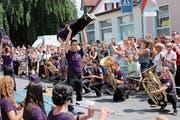 Mit «Young (R)evolution» präsentierten die Jungmusikanten aus Montlingen, Oberriet und Kriessern eine eindrückliche Mischung aus Parade, Musik und Akrobatik. (Bild: Max Pflüger)