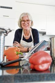 Susanna Dreyer zu Hause in ihrer Küche, in welcher sie in Zukunft wieder häufiger zu Gemüse und Kochlöffel greift. (Bild: Donato Caspari)