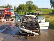 Totalschaden: Das Auto geriet aus noch nicht geklärten Gründen in Brand. Der 22-jährige Fahrer blieb unverletzt. (Bild: Kapo TG)