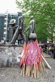 Transparente beim Denkmal der Arbeit in Zürich. Die 1.-Mai-Demonstration stand im Zeichen der Lohngleichheit. (Bild: Patrick Hürlimann /Keystone)