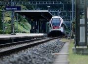 Die Stadtbahn Zug beim Bahnhof Walchwil. (Bild: Stefan Kaiser)