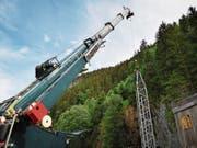 Der Ölbohrturm für das Stück Winnetou II wird mit einem Pneukran auf der Engelberger Freilichtbühne aufgestellt. (Bild: PD)