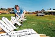 Gegen 70 Helferinnen und Helfer bauen die Infrastruktur des St.Galler Kantonalschwingfestes in Tübach ab. (Bild: Bilder: Rudolf Hirtl)