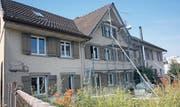 Das Doppelhaus an der Hauptstrasse 15 in Busswil während des Umbaus im Juni 2014 (Archivbild: Simon Dudle)