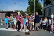Der Gemeinderat und die Schulkinder aus Hagendorn setzen gemeinsam die Sperre. (Bild: PD)