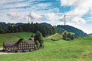 Eine Ansicht der Windenergieanlagen von oberhalb des Ruppens. Die Standeskommission will die Energiewende des Bundes unterstützen. (Bild: Bild und Montage: Andreas Butz)