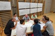 Teilnehmer der Zukunfts-Werkstatt diskutieren angeregt über die Gestaltung ihrer Gemeinde. (Bild: Jörg Rothweiler)