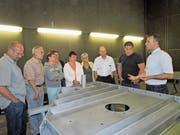 Bruno Arnold (rechts im Bild) von der Gipo führte Vorstand, Delegierte und Gäste der UCS Uri durch einen Teil der Produktionshallen. Neben Bruno Arnold steht das neue Vorstandsmitglied Phillip Muheim. (Bild: PD)