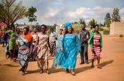 Sexologin Vestine (im blauen Kleid) klärt die Dorfbewohner auf. (Bild: Alice Kayibanda)