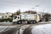 Zum Start der Grüngutabfuhr in der Stadt St.Gallen wurde das speziell dafür angeschaffte Fahrzeug zur Leerung der grünen Bio-Tonnen vorgestellt. (Bild: Michel Canonica - 4. Januar 2017)