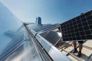 Wärme und Strom in einem: Auf dem Dach der Fernwärmezentrale Waldau wurde eine Solaranlage installiert. (Bild: Michel Canonica)