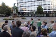 Die heutige Gestaltung des alten Lindenplatzes: Die Blumenrabatten sind auf ein Minimum reduziert, Asphalt dominiert. (Bild: Hanspeter Schiess - 9. September 2012)