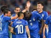 Mario Balotelli lässt sich nach seinem Tor zum 1:0 von den Mitspielern feiern (Bild: KEYSTONE/EPA KEYSTONE/GIAN EHRENZELLER)
