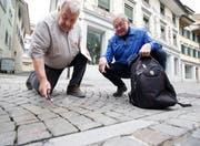 Robert Bürgi (links) und Reini Vorburger bemängeln die Qualität der Pflästerung der Zeughausgasse in Zug. (Bild: Stefan Kaiser, 15. Mai 2018)