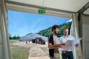Bauchef Fabian Dubach (links) und der OK-Präsident des Sportfestes der Sportunion André Aregger besprechen den Aufbau des Festgeländes in Zell.Bild: (Pius Amrein / LZ)
