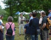 Der Hydrologe Christian Leibundgut (im beigen Gilet) führt die Besucher des Biodiversitätstages durch die Rottaler Wässermatten. Bild: PD