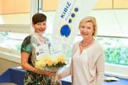 Yvonne Wyss, Präsidentin Zuger Chinderhüser (links) und Karen Umbach freuen sich über das Ja der Mitglieder zur Fusion. (Bild: PD)
