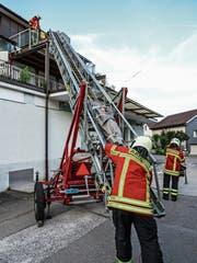 Aadorfer Feuerwehrleute üben die Rettung mittels Drehleiter. (Bild: Kurt Lichtensteiger)