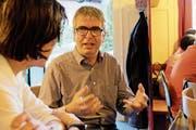 Pfarrer und SP-Kandidat Andreas Gäumann spricht an der Schiefertischrunde im Restaurant Anker mit einem Besucher. (Bild: Rahel Haag)