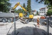 Die Vorbereitungsarbeiten fürs Provisorium auf dem Hebelschulhausplatz in St.Georgen sind in vollem Gang. (Bild: Urs Bucher)