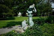 «New Feelings» heisst die zierliche Frauenplastik. Sie steht mitten im historischen Daheimpark oberhalb des Huwilerturms. (Bild: Stefan Kaiser (Zug, 29 Mai 2018))