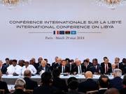 """Bei einer Konferenz in Paris haben sich libysche Konfliktparteien auf Wahlen im Dezember verständigt. Der Gastgeber, Frankreichs Präsident Macron (M), bezeichnete die Vereinbarung als """"entscheidenden Schritt zur Versöhnung"""" im Konflikt. (Bild: KEYSTONE/AP EPA POOL/ETIENNE LAURENT)"""