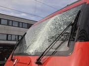 Eine von einem Kran hängende Metallkette hat am Montag in Gretzenbach SO die Frontscheibe einer SBB-Lokomotive getroffen. (Bild: Handout Kantonspolizei Solothurn)