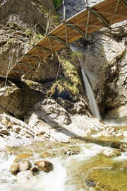Im Gebiet Chessiloch gibt es heute bereits eine Hängebrücke, die Wanderern einen Blick auf den dortigen Wasserfall ermöglicht. (Bild: Guido Küng, Flühli)