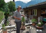 Kari Walker erläuterte seinen Gästen an der Ausstellung am Samstag die Wetterstation aus der Wikingerzeit. (Bild: Georg Epp (Flüelen, 26. Mai 2018))