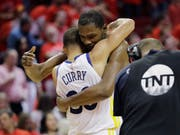 Schafften mit den Golden State Warriors die Wende in der Halbfinal-Serie gegen Houston: die Superstars Kevin Durant und Stephen Curry (Bild: KEYSTONE/AP/DAVID J. PHILLIP)
