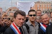 Bereits 2013 gab es Demonstrationen für den Schmuckhändler Stephan Turk. Sogar der damalige Bürgermeister von Nizza, Christian Estrosi (links) nahm daran teil. (Lionel Cironneau/AP)